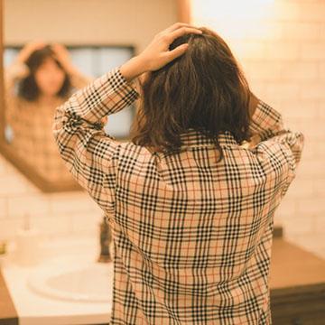 季節の変わり目は抜け毛が増える!原因と対策