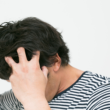 頭のかゆみが辛い!フケの発生が薄毛を進行させるかも…