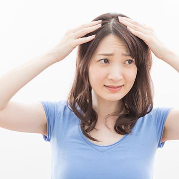 分け目が薄い女性が増えているって本当?若くても薄毛の症状が起きる理由とは