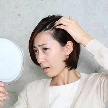 女性でもM字の生え際が薄くなる!原因と対策を解説