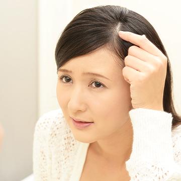 女性の抜け毛の原因や種類は?皮膚科で治療はできるの?