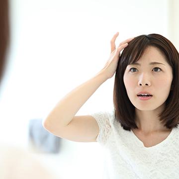 前髪の抜け毛・薄毛が気になる… 女性の薄毛の原因と対策